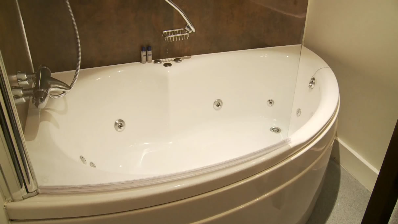 Lovely Jacuzzi For Bath Images - The Best Bathroom Ideas - lapoup.com